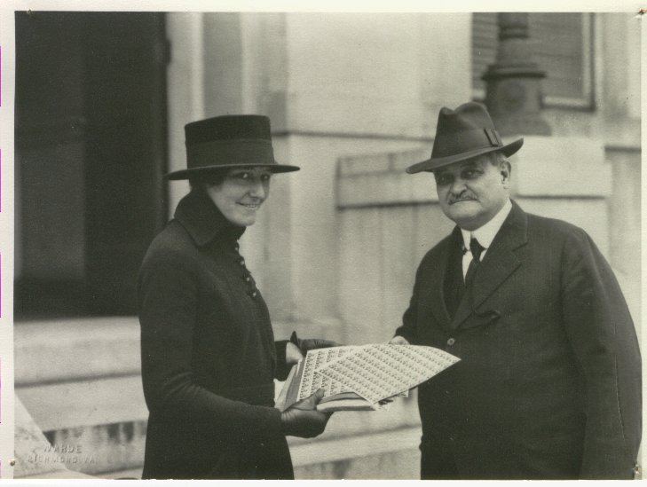 C-4b7--Loudoun's Governor Westmoreland Davis buying War Savings Stamps, 1918